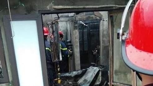 Vợ gọi về nhà lúc đang nhậu, chồng mua xăng về đốt nhà khiến vợ bị thương nặng