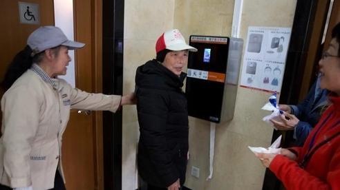 Trung Quốc cho dừng máy nhận diện khuôn mặt để lấy giấy vệ sinh