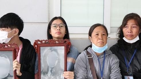 Vụ chồng sát hại vợ cùng con trai vì nghi vợ ngoại tình: Người thân đau xót đem di ảnh 2 mẹ con đến tòa