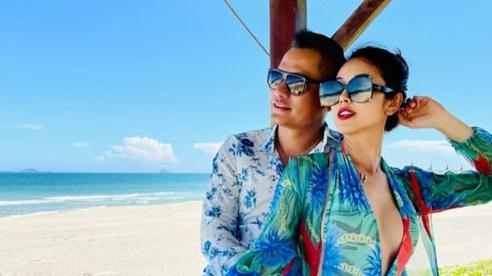 Hoa hậu Jennifer Phạm mặc áo tắm khoe ba vòng đẫy đà bên chồng đại gia