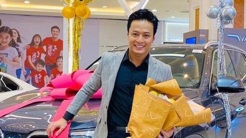 Diễn viên Hồng Đăng tậu xe mới 'Không cưỡng lại được em lại phải nghiến răng'