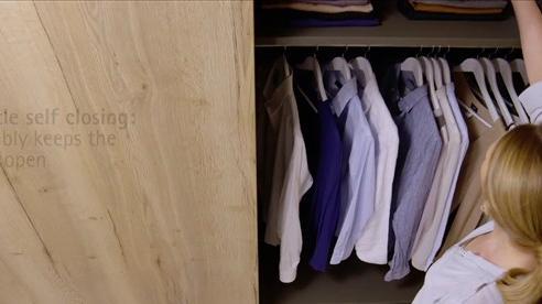 Nghe tiếng động lạ, cô gái mở cửa tủ quần áo thì tím tái mặt mày vì cảnh tượng trước mắt