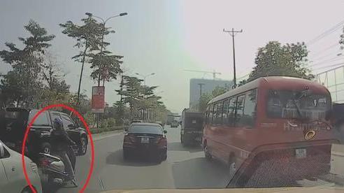 Cả phố bỗng ùn tắc, các tài xế xôn xao tưởng có 'biến' hóa ra nguyên nhân chỉ vì một người phụ nữ
