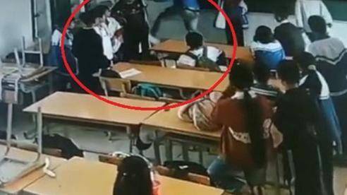 Con trai đánh nhau với bạn trên lớp học, bố xông vào lớp 'xử nóng' nam sinh