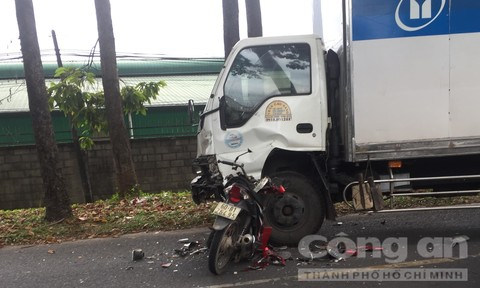 Xe máy 'găm' vào đầu xe tải, 2 nữ sinh trọng thương