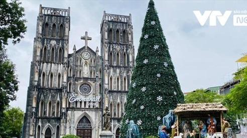 Người dân phải đeo khẩu trang khi tới nhà thờ dịp lễ Giáng sinh
