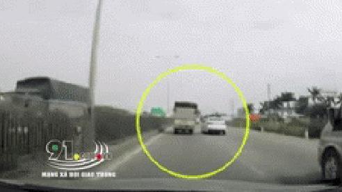 Ô tô con 'chơi đểu' xe tải sau pha xin vượt trái bất thành, mạng xã hội tranh cãi gay gắt trong buổi chiều thứ Sáu