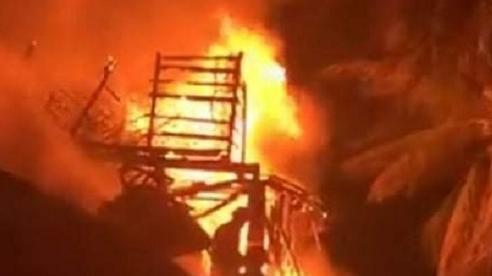 Quảng Bình: Tàu cá bất ngờ bốc cháy dữ dội trong đêm