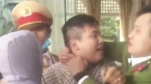 Trung úy bị người vi phạm giao thông đấm vào mặt