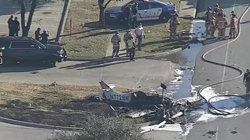 Máy bay cố vật lộn trên trời trước khi rơi xuống đất ở Mỹ