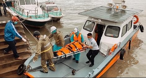Vượt sóng gió, đưa 5 thủy thủ người nước ngoài thương vong vào bờ
