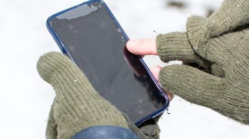 Thời tiết lạnh có thể khiến điện thoại tụt pin nhanh hơn bình thường, đây chính là lý do