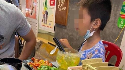 Câu chuyện cậu bé bán hàng rong và cô gái trẻ tốt bụng khiến nhiều người ấm lòng giữa Sài Gòn