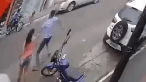 CLIP: Thanh niên 'chân dài' phóng vụt sang đường, bế thốc bé gái trước mũi ô tô