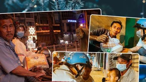 Ấm lòng những món quà đêm Noel dành tặng người vô gia cư ở khắp đường phố Sài Gòn