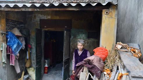 Cụ bà gần 50 năm sống cô độc trong căn nhà xập xệ chưa đầy 10m2: 'Giờ mắt đau, tai cũng điếc, răng rụng, sống một mình mãi cũng quen rồi'
