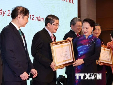 Nhiều cá nhân xuất sắc của Quốc hội được trao Huân chương Lao động