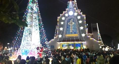 Hàng nghìn người dân xứ Huế đến nhà thờ đón Giáng sinh