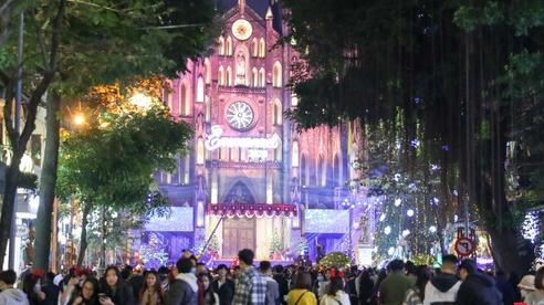 Người dân Thủ đô đeo khẩu trang rộn ràng xuống phố đêm Giáng sinh