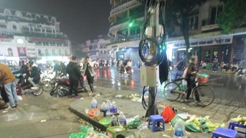 Rác tràn ngập đường phố Hà Nội sau đêm Noel, công nhân vật lộn quét dọn đến sáng