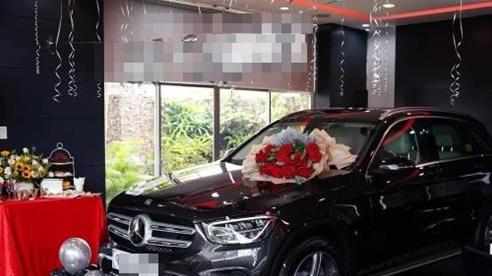 Xôn xao chuyện nhân viên sale được khách trả ơn bằng Mercedes, đúng chất 'ăn khế trả vàng' đời thực