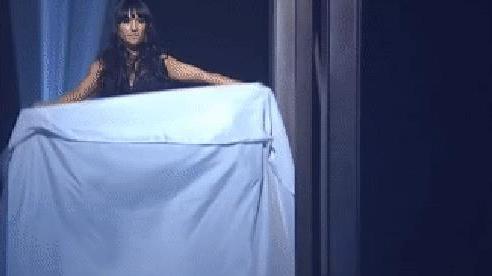 Giải mã việc cô gái biến thành nhà ảo thuật rồi lại xuất hiện ở chiếc hộp treo lơ lửng trên cao