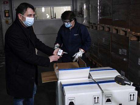 Pháp, TBN tiếp nhận những lô vắcxin ngừa COVID-19 đầu tiên