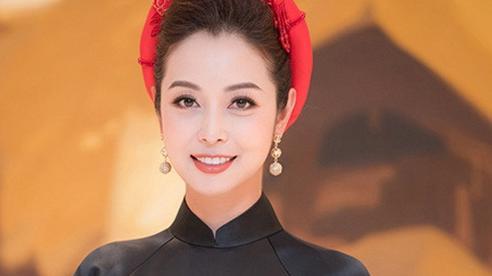 Jennifer Phạm thay bốn trang phục khi làm MC