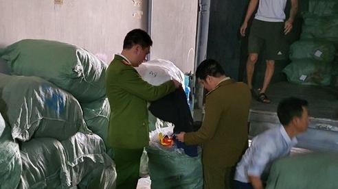 Phá kho hàng 'sida', thu giữ 5 tấn quần áo nhập lậu