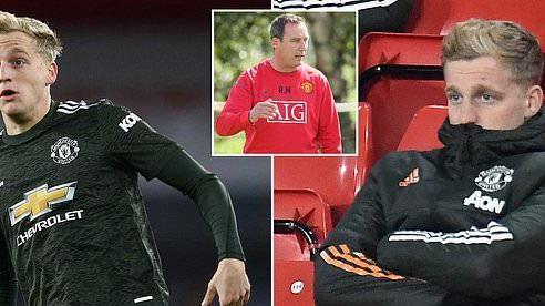 MU đối xử tệ Van de Beek, Ronaldo thèm được… la ó