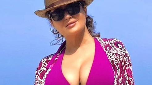 Người đẹp không tuổi Salma Hayek khoe dáng với bikini tím mộng mơ
