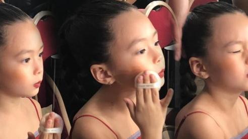 Con gái Đoan Trang tự trang điểm, biểu cảm đáng yêu hút nghìn lượt like