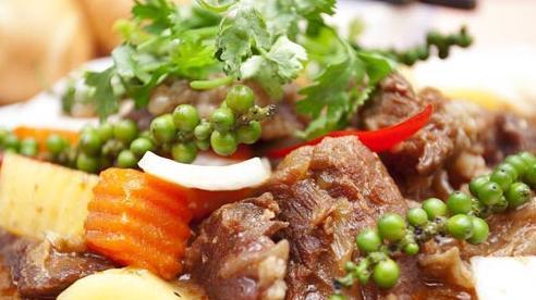 Đãi khách tiệc cuối năm, mẹ đảm nấu ngay món bò hầm tiêu xanh nóng hổi, hấp dẫn