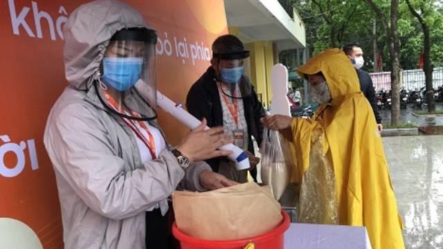 Hà Nội: Người dân đội mưa nhận gạo nghĩa tình từ 'ATM gạo'