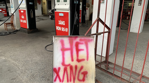 Bất thường, hàng loạt cây xăng treo biển hết hàng, đóng cửa dừng bán