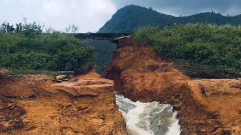 Vỡ đập thủy lợi, di dời khẩn cấp 17 hộ dân