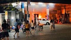 Hà Nội: Cháy lớn tại cây xăng Hào Nam lúc nửa đêm, người dân la hét, hô hào dập lửa
