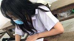 Bức ảnh nữ sinh say sưa làm bài tập nhưng ai nhìn vào cũng 'đau tim', nguyên nhân vì điều dị thường ngay dưới chân