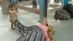 Ứa nước mắt khoảnh khắc bé trai cố gắng đánh thức mẹ vừa qua đời vì nắng nóng