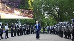 Cảnh sát bắn hơi cay dọn đường, TT Trump phát biểu giữa tiếng trực thăng và tiếng la ó