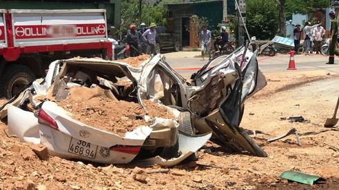 Xe 'hổ vồ' lật đè chết 3 người trong xe ôtô 4 chỗ