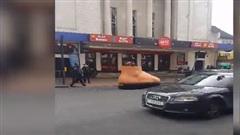 Ô tô có hình dáng như bàn chân dạo phố gây chú ý người đi đường
