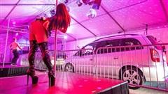 Câu lạc bộ thoát y mở show diễn 'nóng bỏng', ôtô xếp hàng dài chờ đến lượt xem