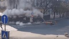 Người đi đường thót tim vì tòa chung cư bất ngờ đổ sập