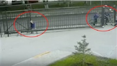 Hàng chục người giải cứu cậu bé bị kẹp đầu giữa hàng rào và cổng sắt
