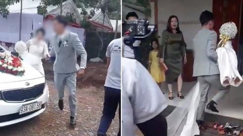 Xôn xao clip cô dâu được chú rể nắm tay và bế chạy vào nhà trước mặt mẹ chồng, câu chuyện phía sau càng khiến chị em 'tan chảy'