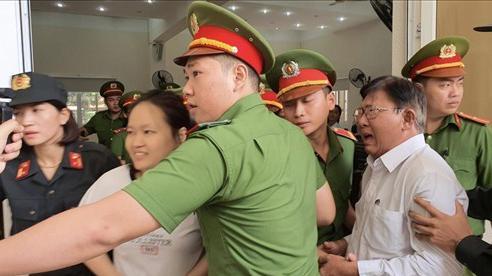 Hình ảnh đối lập tại phiên tòa xử vụ 'thi thể đổ bê tông': Người cha bật khóc, nữ chủ mưu lại tươi cười khi tòa tuyên án tử