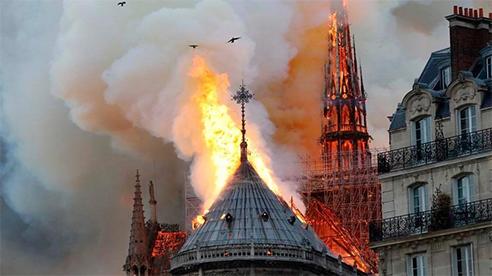 Hơn một năm sau vụ cháy, nhà thờ Đức Bà ngổn ngang giữa tâm dịch COVID-19