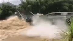 Hồng thủy hoành hành ở Trung Quốc: 'Bẻ vụn' cầu bê tông, chặt đôi đường cao tốc