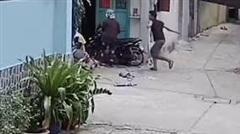 Nam thanh niên đánh cha mẹ già trước cửa nhà gây phẫn nộ